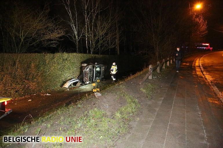 Auto op zijkant na ongeval