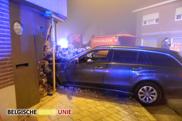 In Roeselare komt auto terecht in gevel van café Tummullus