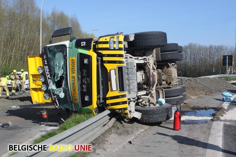 Ernstige verkeershinder na gekantelde vrachtwagen op het Ei in Kortrijk