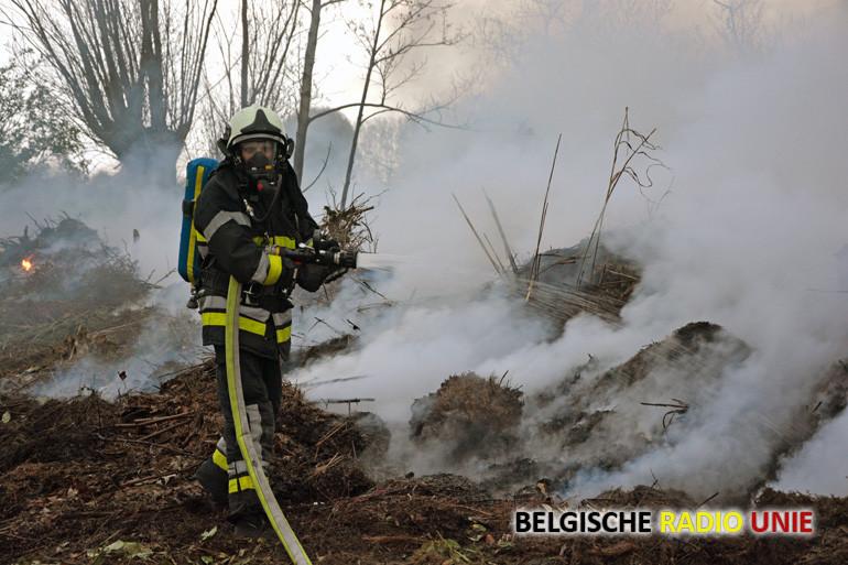 Landbouwer steeks illegaal hooi en groenafval in brand