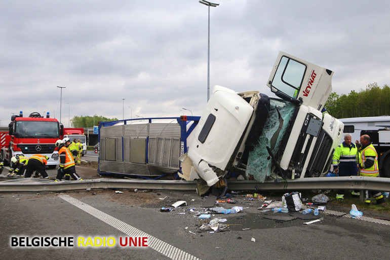 Vrachtwagen gekanteld op verkeerswisselaar in Aalbeke
