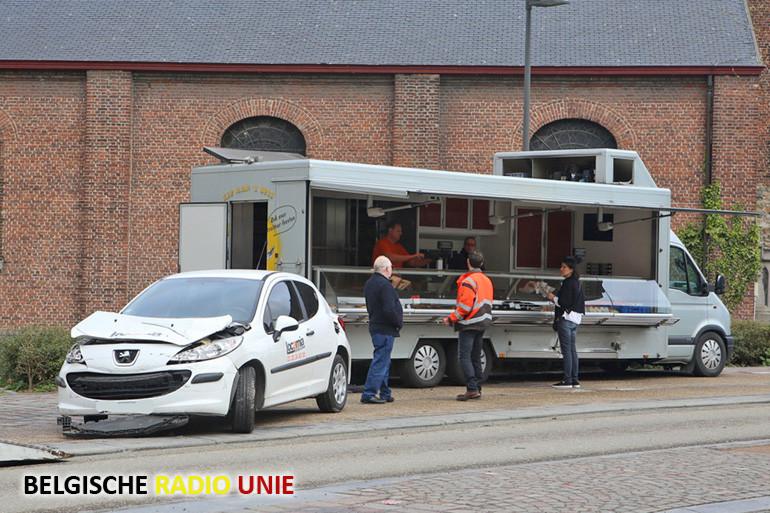 Bestuurster verliest controle over voertuig en rijdt in op kippenkraam in Aalbeke