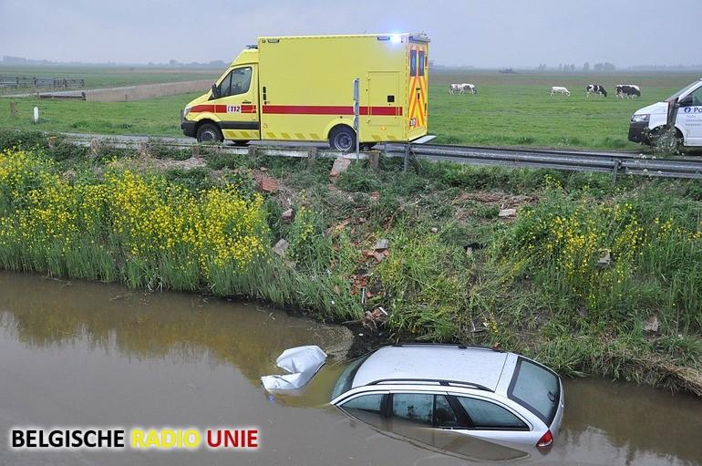 Wagen belandt in vaart in Oostkerke