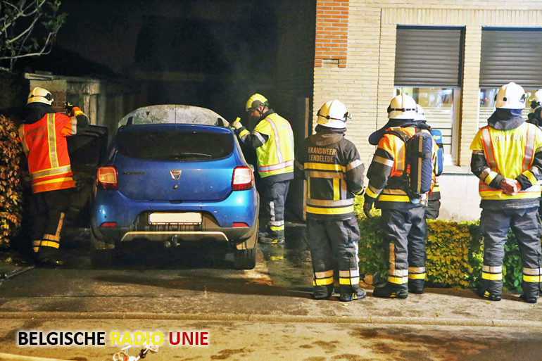 Wagen in brand gestoken op oprit van woning in Lendelede