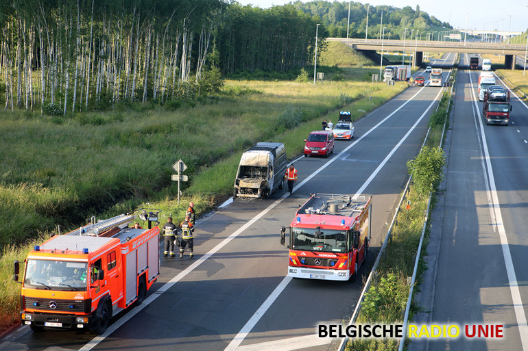 Bestelwagen vat vuur op de E17 ter hoogte van Aalbeke