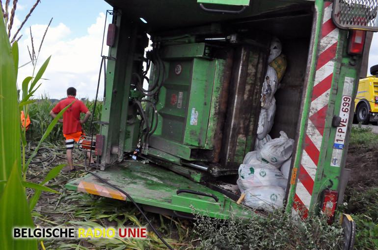 Vuilniswagen beland in de gracht door blokkade van een wiel