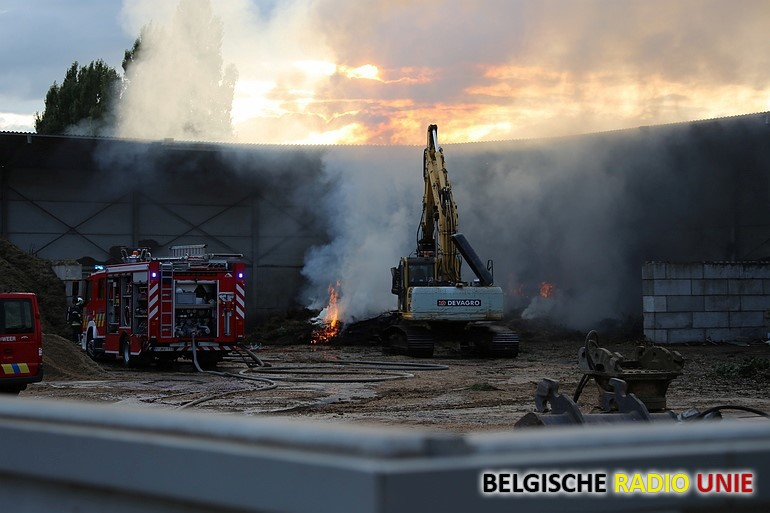 Opslagplaats met houtafval vat vuur
