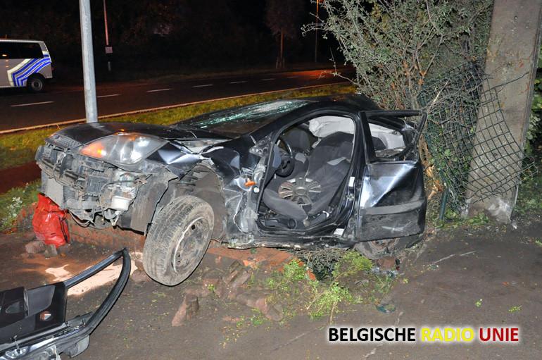 Bestuurder lichtgewond na zware crash te Zarren