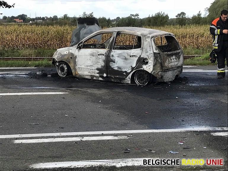 Wagen brandt uit na ongeva