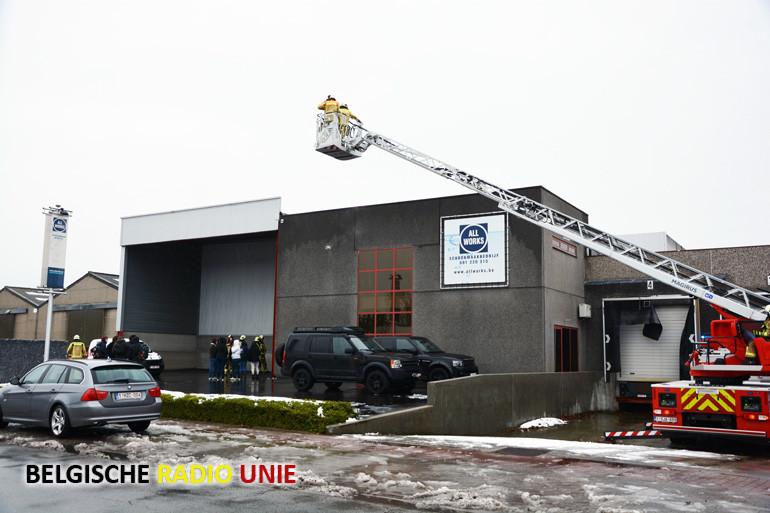 Dak van bedrijf in Roeselare bezwijkt onder de druk van de sneeuw