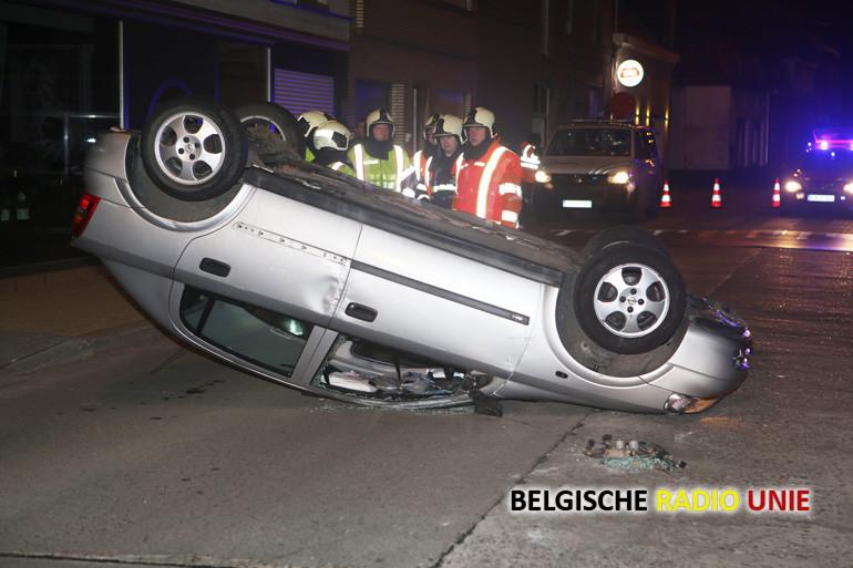Wagen rijdt in Moorsele geparkeerde wagen aan en komt op dak terecht