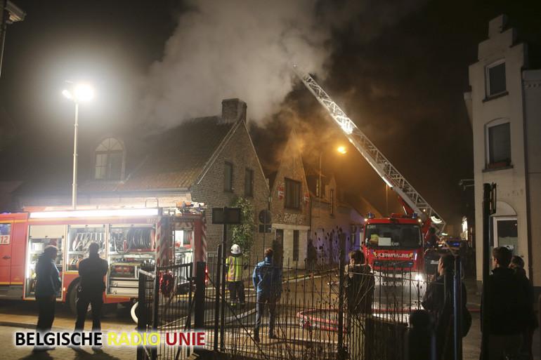 Woning op de hoek Leiestraat en Koning Leopold III straat in Kuurne loopt zware schade op door brand