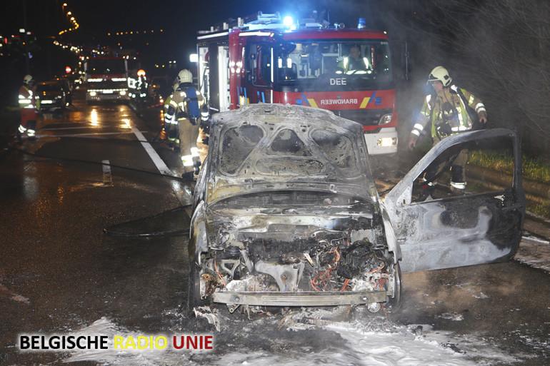 Net aangekochte wagen brandt uit op de afrit E17 in Waregem