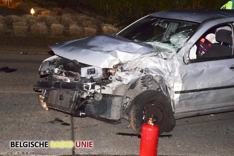 Auto ramt twee wagens in Menen