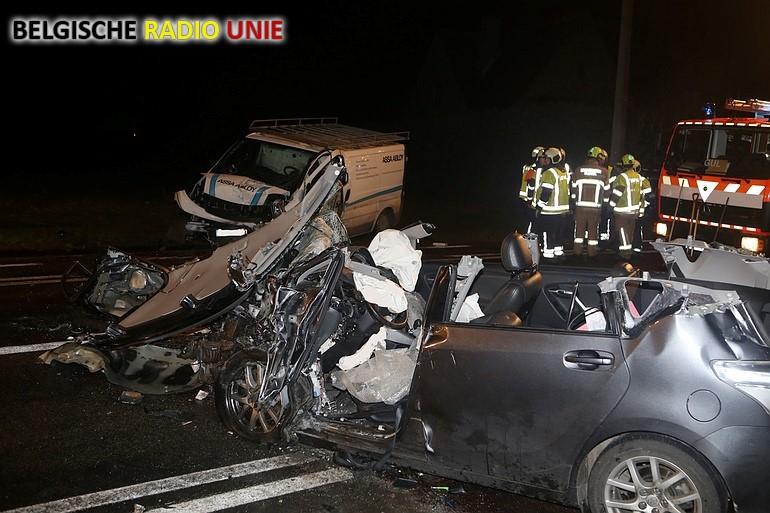Brandweer bevrijdt zwaargewonde bestuurder