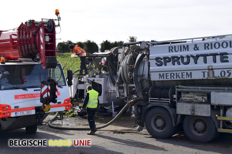 Vrachtwagen rijdt in op signalisatiewagen en kantelt op A19