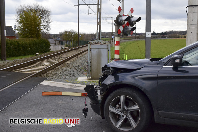 Wagen aangereden door trein te Zillebeke