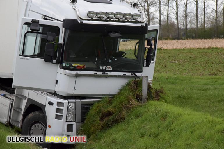 Vrachtwagenbestuurder moet uitwijken voor bestuurder die van zijn vak afwijkt