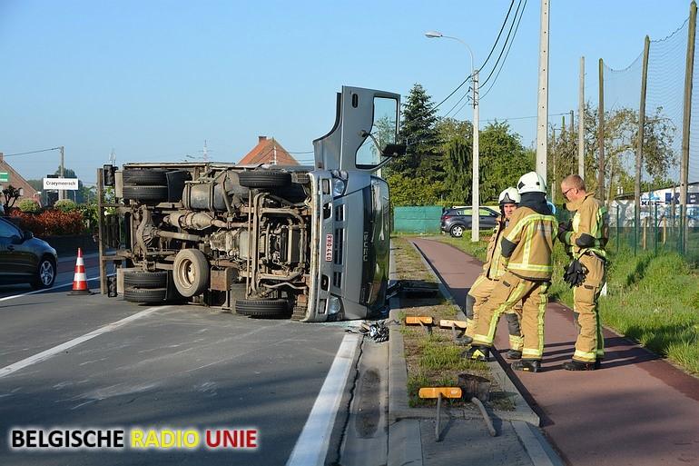 Vrachtwagen kantelt na aanrijding
