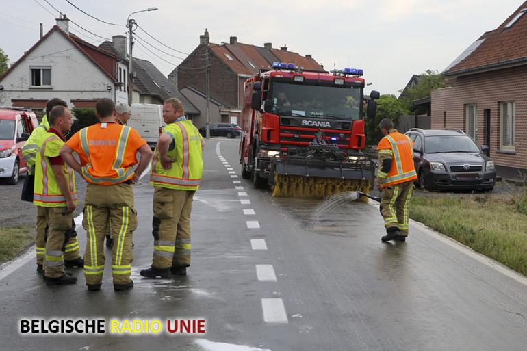 Lekkende olieleiding aan tractor veroorzaakt oliespoor