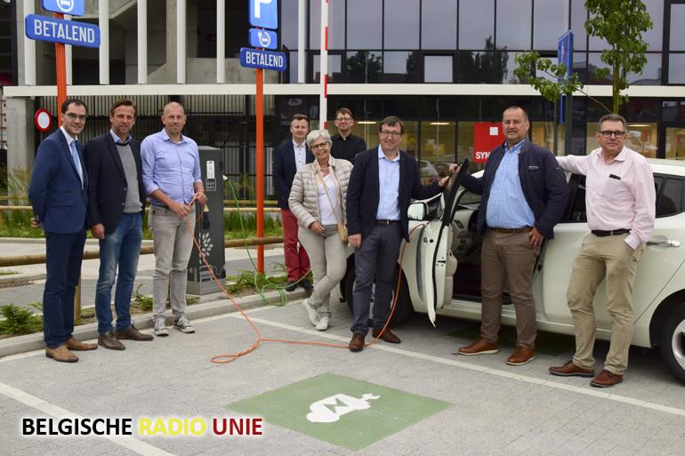 Stadsbestuur Waregem neemt eerste elektrische laadpaal in gebruik