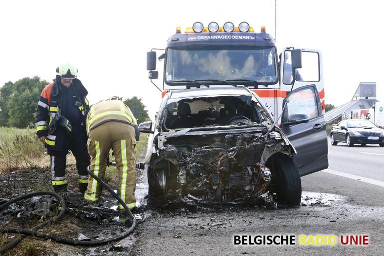Motorblok van BMW brand volledig uit op de E17 richting Gent
