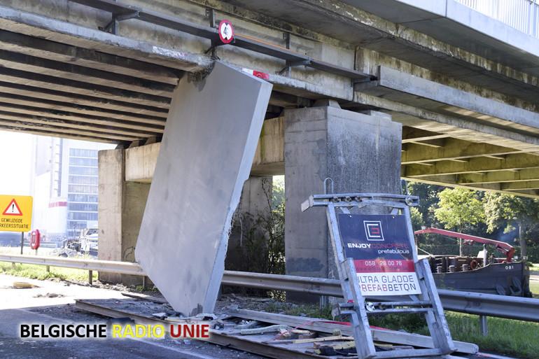 Vrachtwagen met betonelementen rijdt zich vast onder de Fabiolabrug