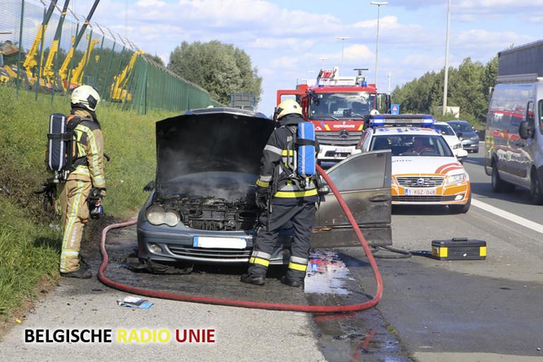 In Aalbeke op de E17 is een wagen volledig uitgebrand