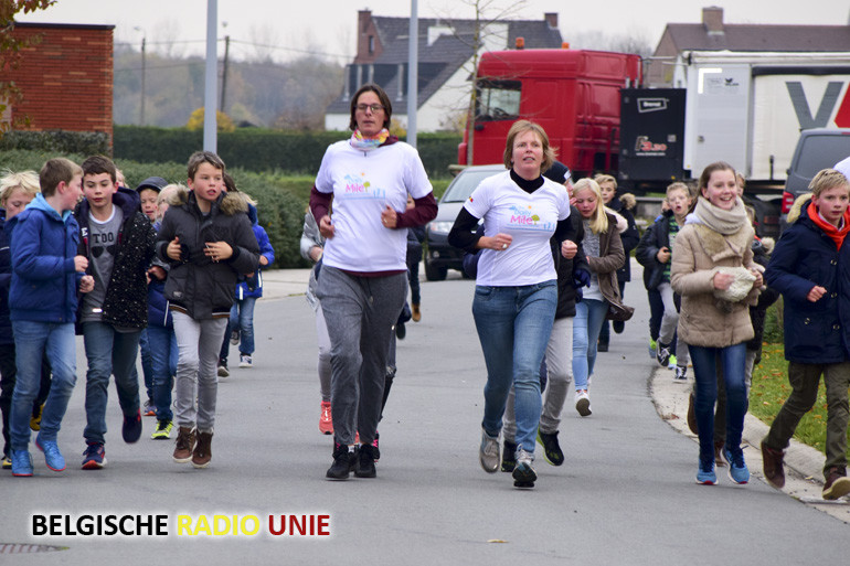 Vrije Basisschool Nieuwenhove uit Waregem krijgt bezoek van de olympische kampioene Tia Hellebaut en de singer-songwriter Arne Vanhaecke