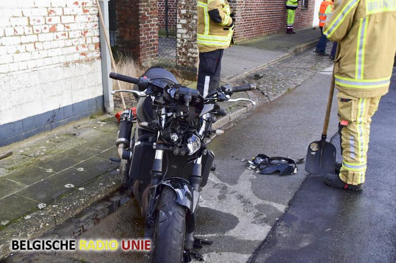Motorrijder knalt tegen vuilniswagen
