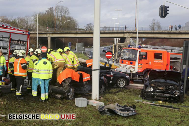Zwaargewonde bestuurster na botsing op verkeerswisselaar R8 met A19