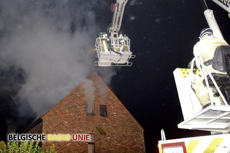 Dakbrand maakt woning onbewoonbaar