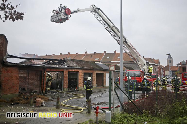 Twee garages uitgebrand in Menen, man loopt brandwonden op