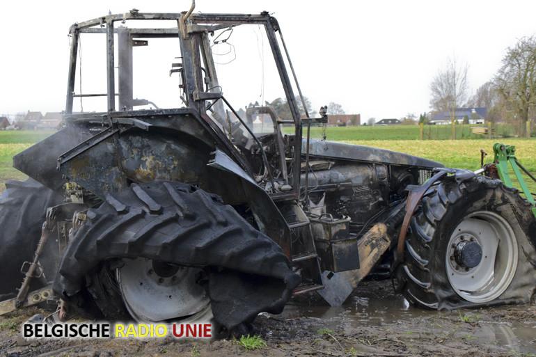 Alerte landbouwer voorkomt erger door brandende tractor uit loods te slepen