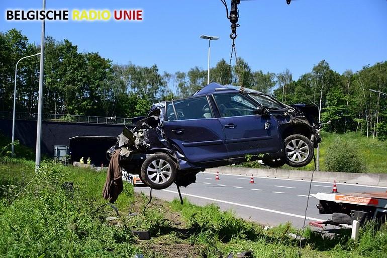 Wagen met pech aangereden door vrachtwagen