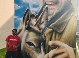 Kunstenaar David Deduytschaver eert tijdens Artmarkt Nesten met kunstwerk