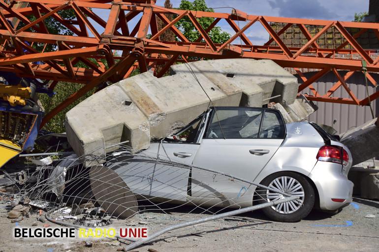 Kraan stort in elkaar na aanrijding van een Golf GTI