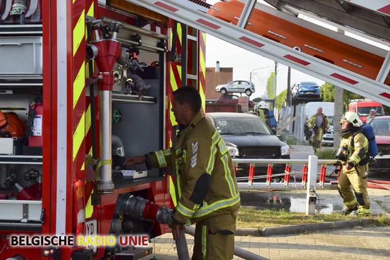Alerte brandweermannen merken opstijgende rook van appartement tijdens tankbeurt