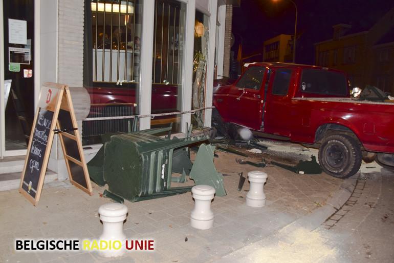 Drie gewonden nadat Ford F150 custom in venster café-restaurant terechtkomt