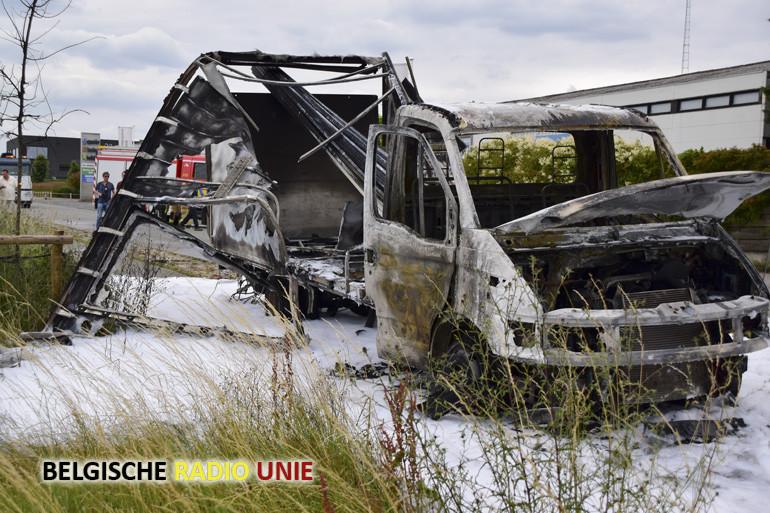 Lichte vrachtwagen uitgebrand in Moorslede