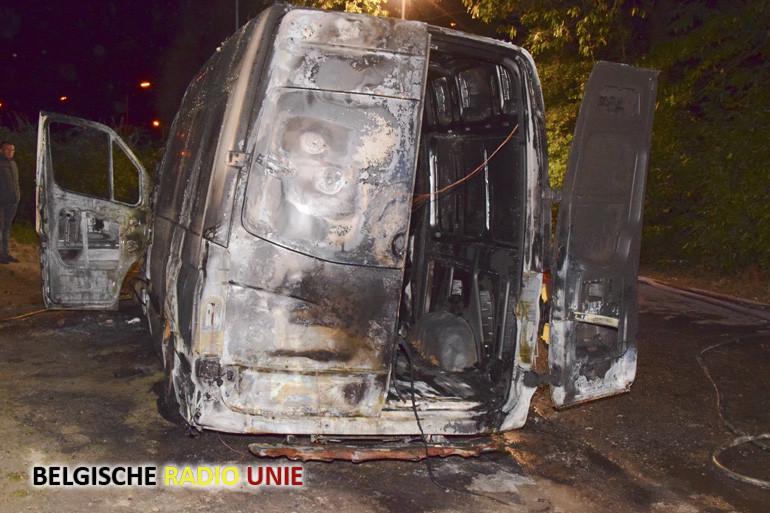 Bestelwagen in brand gestoken te Beselare