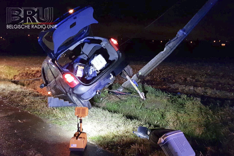 Wagen knalt tegen elektriciteitspaal te Zandvoorde
