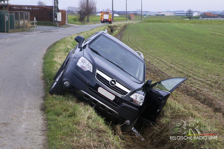 Wagen bolt achteruit en belandt in gracht, vrouw gekneld