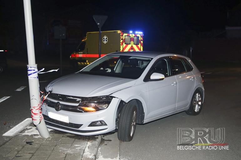 Wagen knalt tegen verlichtingspaal in Kortrijk, bestuurster ongedeerd