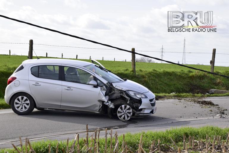 Bestuurder komt er met de schrik vanaf nadat hij met wagen tegen elektriciteitspaal botst