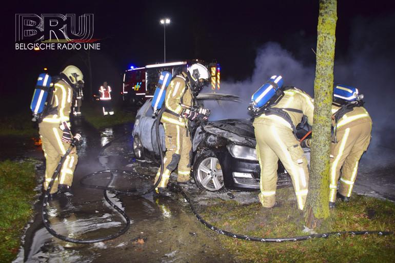 Franse bestuurder laat brandende wagen achter in Wervik