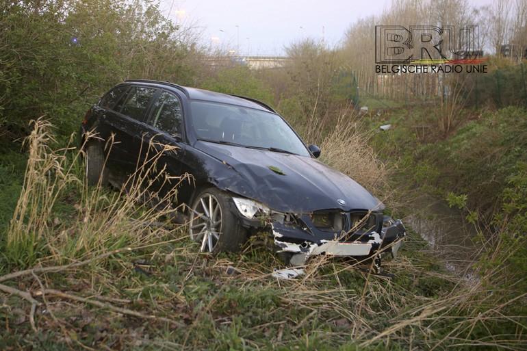 BMW gaat van snelweg af en belandt meters dieper in grasberm