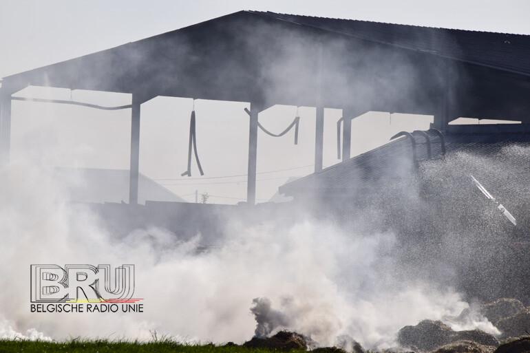 Loodsbrand met stro zorgt voor rookhinder