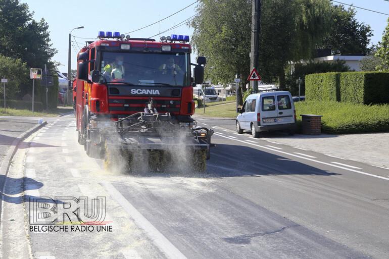 Brandweer urenlang in de weer met verwijderen van oliespoor in Heestert