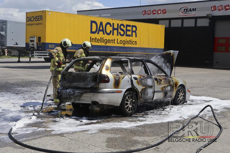 Wagen brandt volledig uit op parking van een bandenbedrijf op de LAR in Rekkem